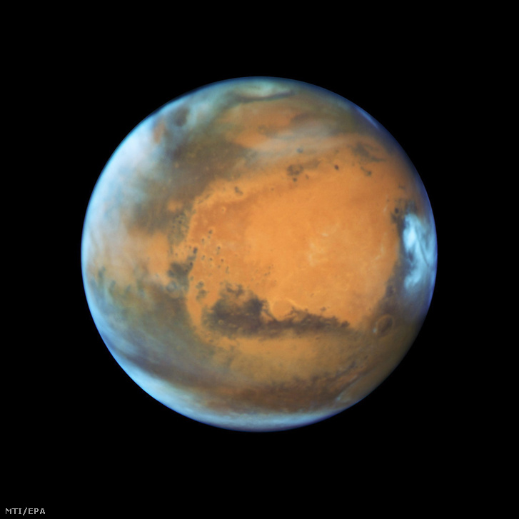 Az amerikai Országos Repülésügyi és Űrkutatási Hivatal, a NASA által 2016. május 20-án közreadott, a Hubble űrtávcsővel készített felvétel a Marsot borító felhőtakaróról 2016. május 12-én.