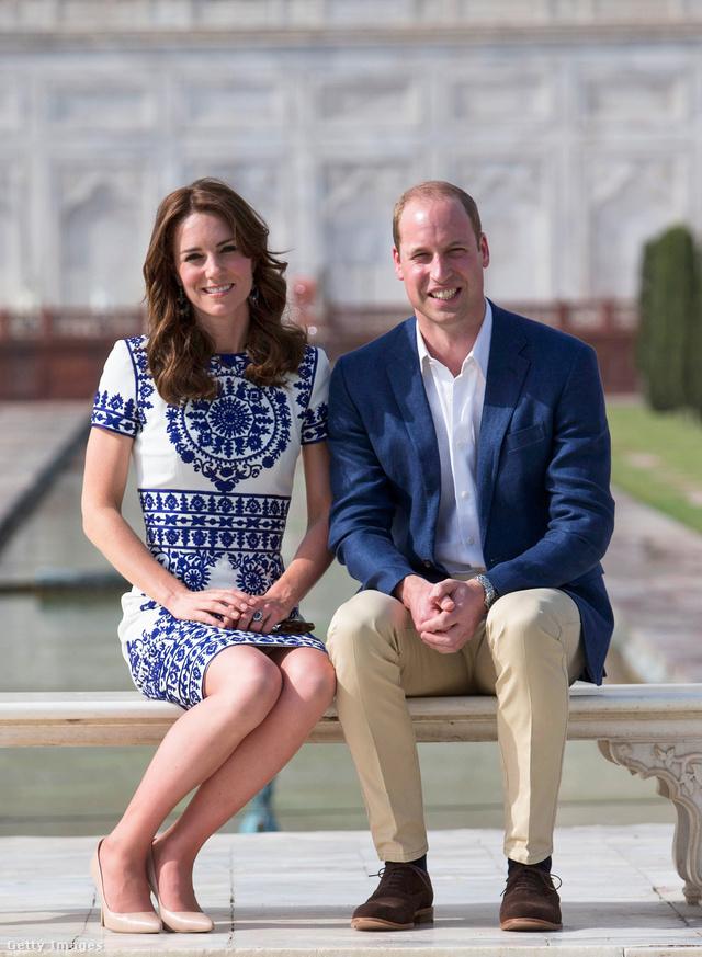"""""""Egyszerűen lenyűgöző, tökéletesen működik. """" – mondta a stylist a gondosan kiválasztott összeállításról. Katalin hercegné 2016-ban az indiai Agrában viselte ezt a mintás Naeem Khan ruhát, amihez remekül passzolt Vilmos herceg nyakkendőt mellőző, hétköznapias kék-fehér szettje. Bár valószínűleg Katalin hercegné bézs cipője és Vilmos herceg nadrágjának színe sem véletlenül egyezik."""
