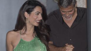 Amal Clooney testén cseppet se látszik, hogy két hónapja ikreket szült