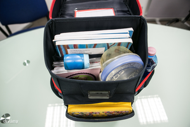 Az első külön kis zseb egy átlagos nem emeletes tolltartót éppen elnyel, az uzsonnásdoboz nem fér bele. Ez a táska tömhető meg a legkevésbé a három közül, ami a cipelendő súlyt tekintve talán inkább előny.