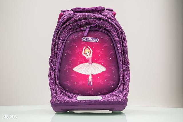 Lányos táska, egészen más felépítés. Klassz, hogy bár az oldala nem merev, üresen és megpakolva is stabilan áll.
