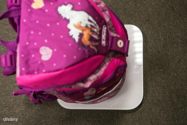 Ez van a táskában: füzetek, könyvek 4 tanórányi, tolltartó, kajásdobozok, vizespalack (egyharmadig). Ez így 4.7 kiló. Az elsőbe készülő Díványos kisfiú 20 kg. A negyedikbe menő lányom 26 kiló.