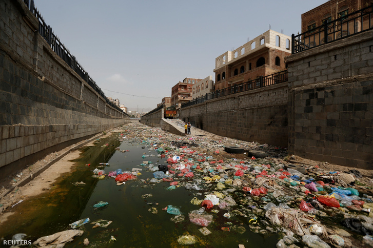 Egy szabadban futó szennyvízcsatorna a főváros, Szanaa központjában.