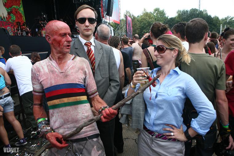 Mr Smith sztoikus rezignáltsággal szórakozott együtt a Gwar egyik rajongójával, aki csireklábból kínált cigarettát