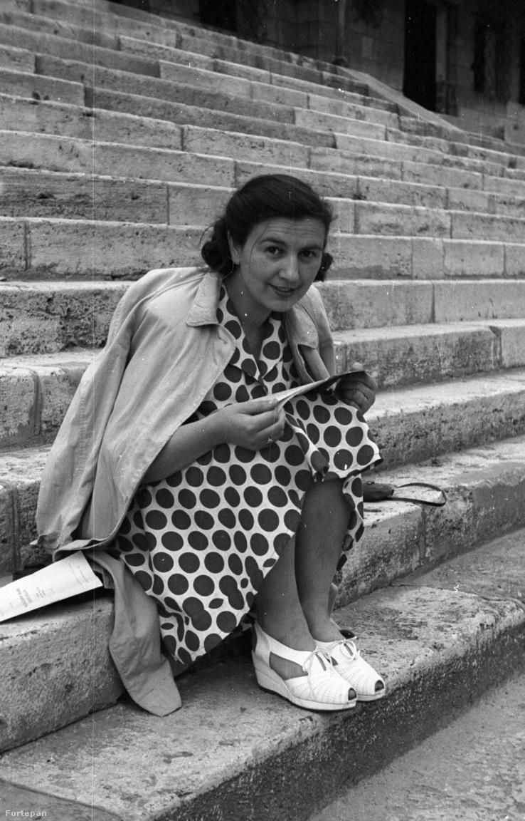 """N. Kósa Judit újságíró, Népszava: Az etetőművész fiatalonPöttyös ruha, szandál, Duna-part… Mit olvashat ez a huszonéves lány azon a kicsit hűvös napon a rakparti lépcsőkön ülve? Persze szerelmes regényre vagy színházi újságra gondol az ember. Aztán kinagyítja a Fortepan-fotót, és kibetűzi a mellette heverő füzet címlapját: """"Évszázados harc a … ellen"""". Nép? Munkások? Dolgozók?                          A pöttyös ruhás lány a kommunistákkal érkezett Budapestre Vas megyéből. Pontosabban egyetlen kommunistával, és a lány akkor még nem tudhatta, hogy mindketten belekeverednek majd a Rajk-ügybe, mélyen eltemetik magukban ötvenhatot, beállnak munkásőrnek, vidékre mennek téeszt szervezni, és egyetlen gyerekük születik, habár minden vágyuk, hogy sok legyen.                         Ötven évvel később ez a pöttyös ruhás lány lett az anyósom. A háta mögött, mosolyogva csak etetőművésznek hívtuk. Amíg élt, sosem láttam róla fiatalkori képet."""