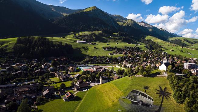 Tejfehérjével festettek óriás képet egy svájci domboldalra