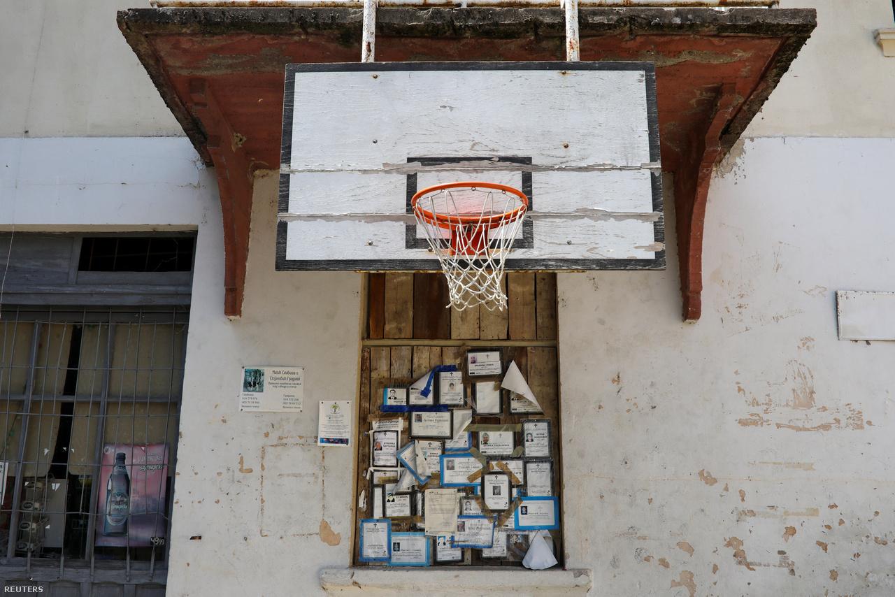 Már csak halálhírek kerülnek a hirdetőtáblára a helyi kosárlabdapálya palánkja alatt Strbacban, Knjaževac közelében.