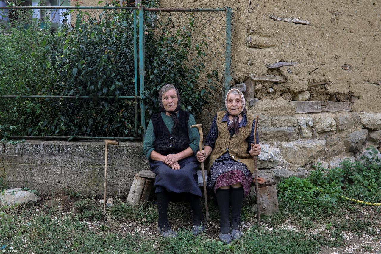 Idős helybeliek a házuk előtti padon Knjaževac közelében.