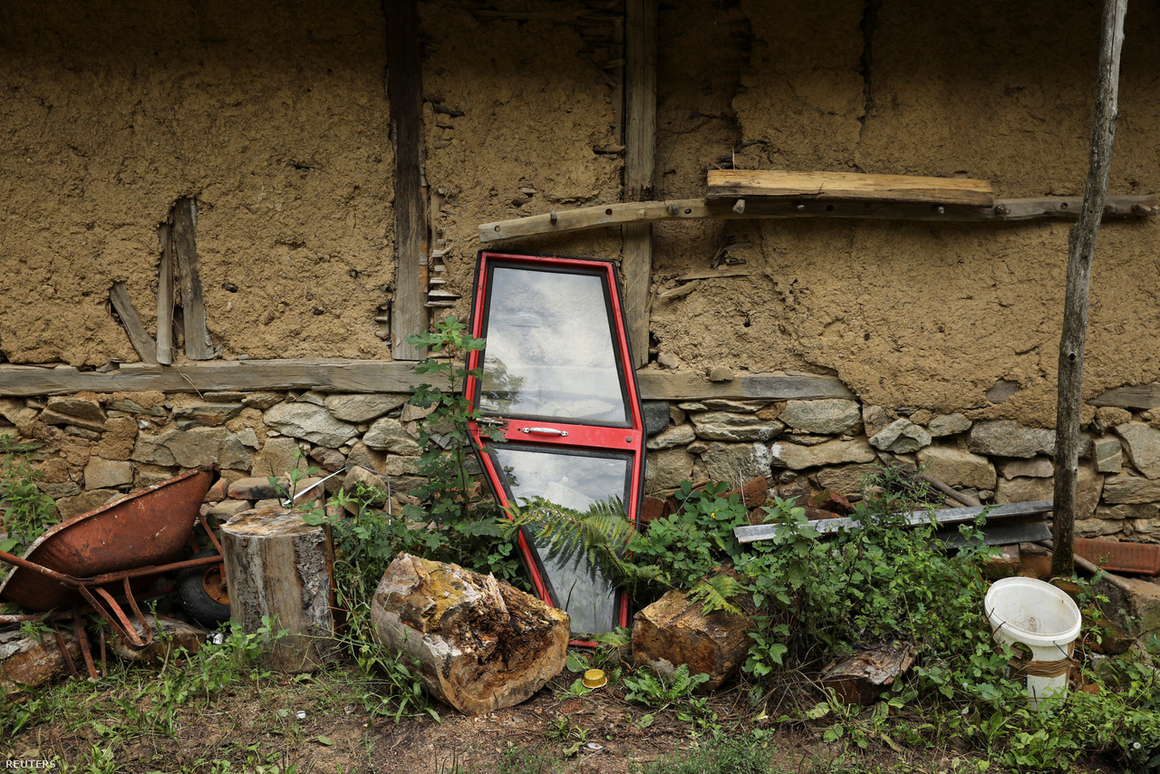 """Közigazgatásilag ez a település is Knjaževac községhez (opština) tartozik. (A község szó Magyarországon mást jelent, mint az egykori jugoszláv tagköztársaságokban. Itt körülbelül egy járásnyi területet neveznek opštinának.) Knjaževac község területén ötven év alatt megfeleződött a népesség, jelenleg 30 ezren élnek itt. """"Ez azt jelenti, hogy visszaestünk az első világháború utáni szintre"""", mondta a Reutersnek Marija Jelenković önkormányzati tisztviselő."""