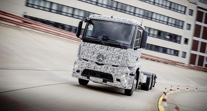 A Mercedes folyamatosan fejleszti eTruck típuscsaládját, a magyar prototípusra még várnunk kell