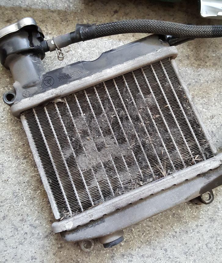 A hűtőt időnként ki kell tisztítani, mert a ventilátor belefúj minden mocskot