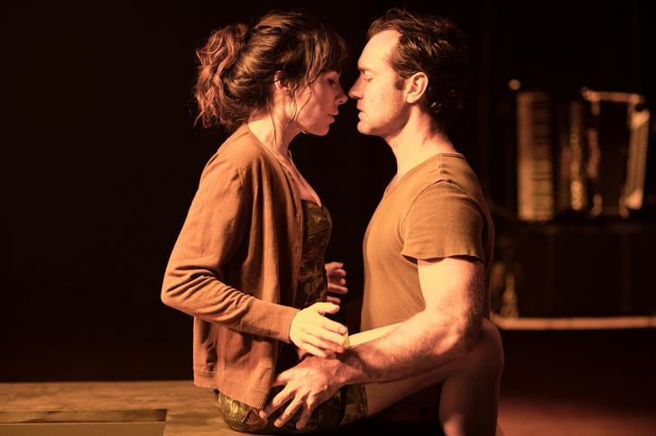 Halina Reijn és Jude Law a Megszállottságban