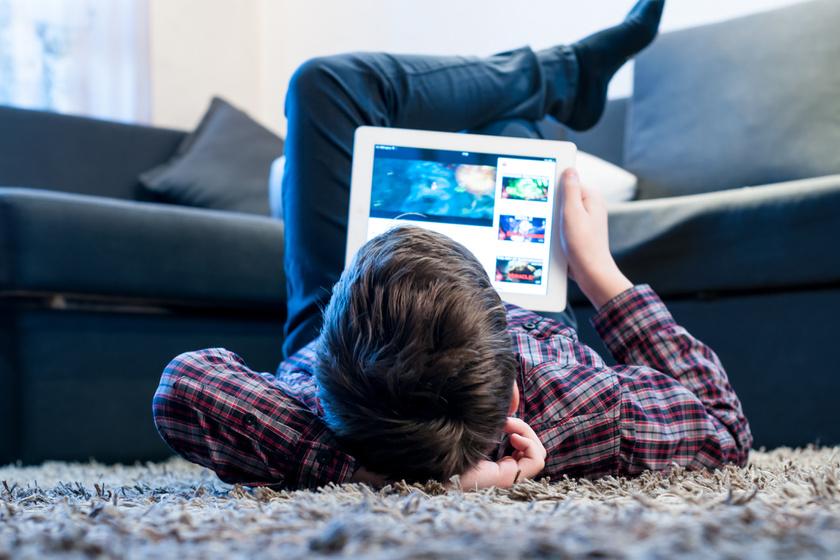 Szinte minden 10 év feletti gyerek látott már pornót titokban - Mit tegyél szülőként?