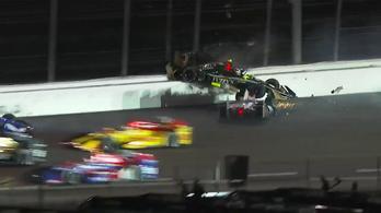 Életveszélyes Indy-baleset, a másik kocsi tetején landolt egy autó