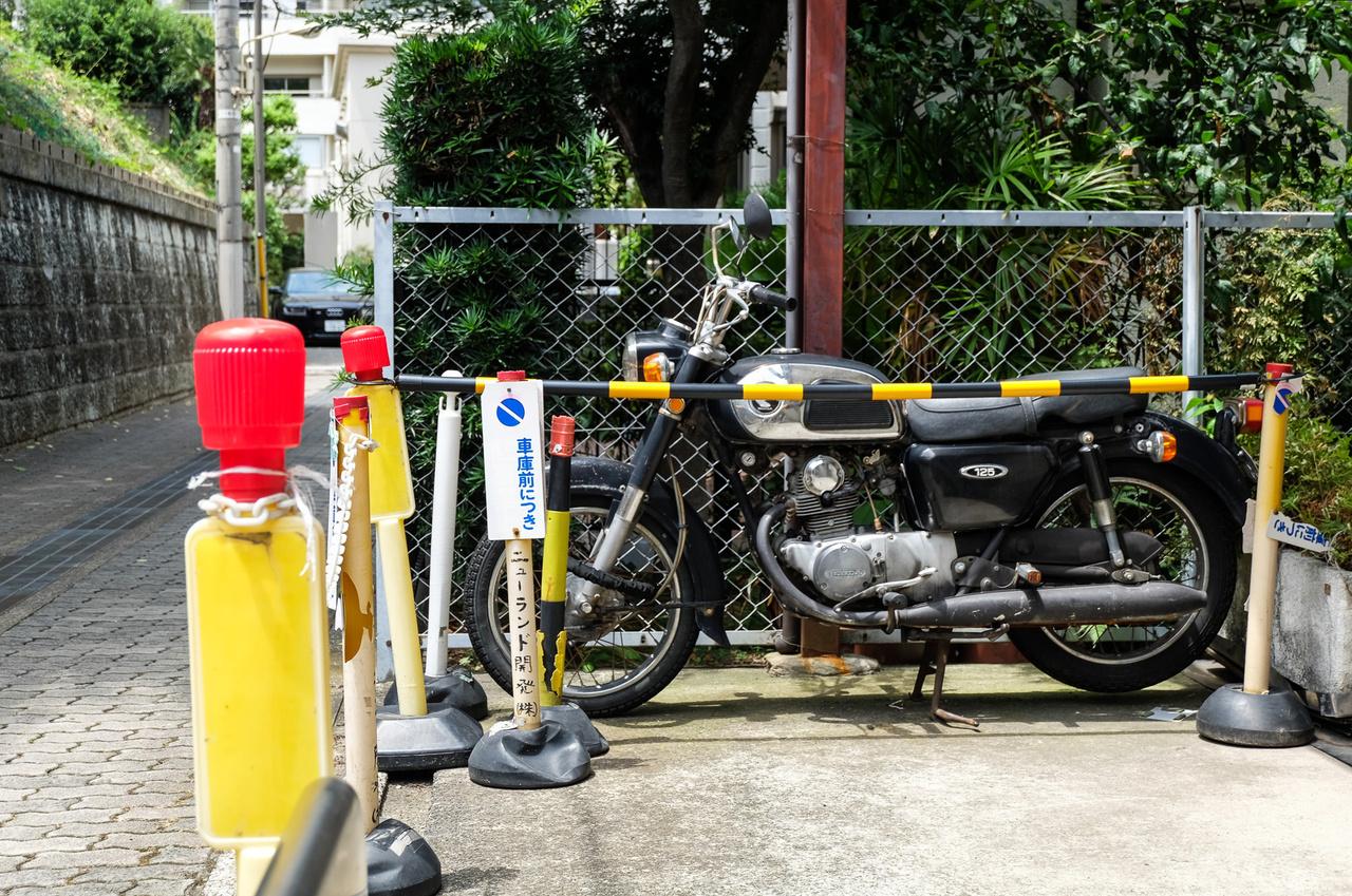 Rendes veterán is akad az utcán, ez itt egy Honda CD125 valahonnan a hatvanas-hetvenes évek fordulójáról. Nem is valami elhagyatott helyen áll, hanem Harajukuban, ami Tokió legfiatalosabb és legtrendibb divathelye