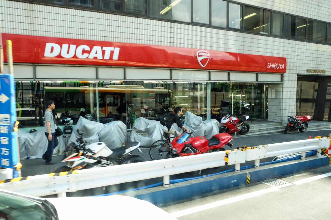 A japánok imádják a Ducatit. Cs. Dani barátom elmélete szerint annyira tökéletes a világuk, hogy hiányzik nekik egy darab tökéletelenség, de a stílust is imádják. A Ducatival meg mindkettőt megkapják. Szerintem meg csak jót akarnak motorozni...