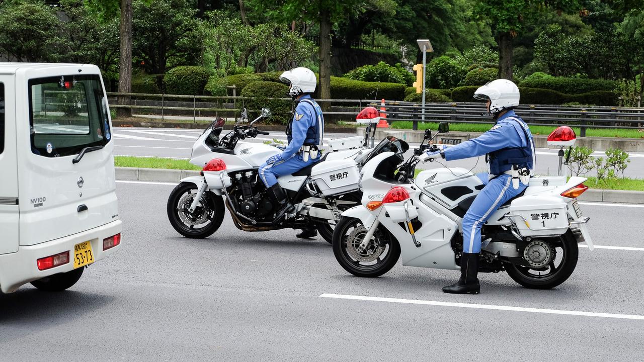 Két Honda rendőrmotor, a hátsó azért érdekes, mert még a fogaskerekes vezérlésű VFR, tehát már nagyon nem mai csirke, olyan ezredforduló környéki