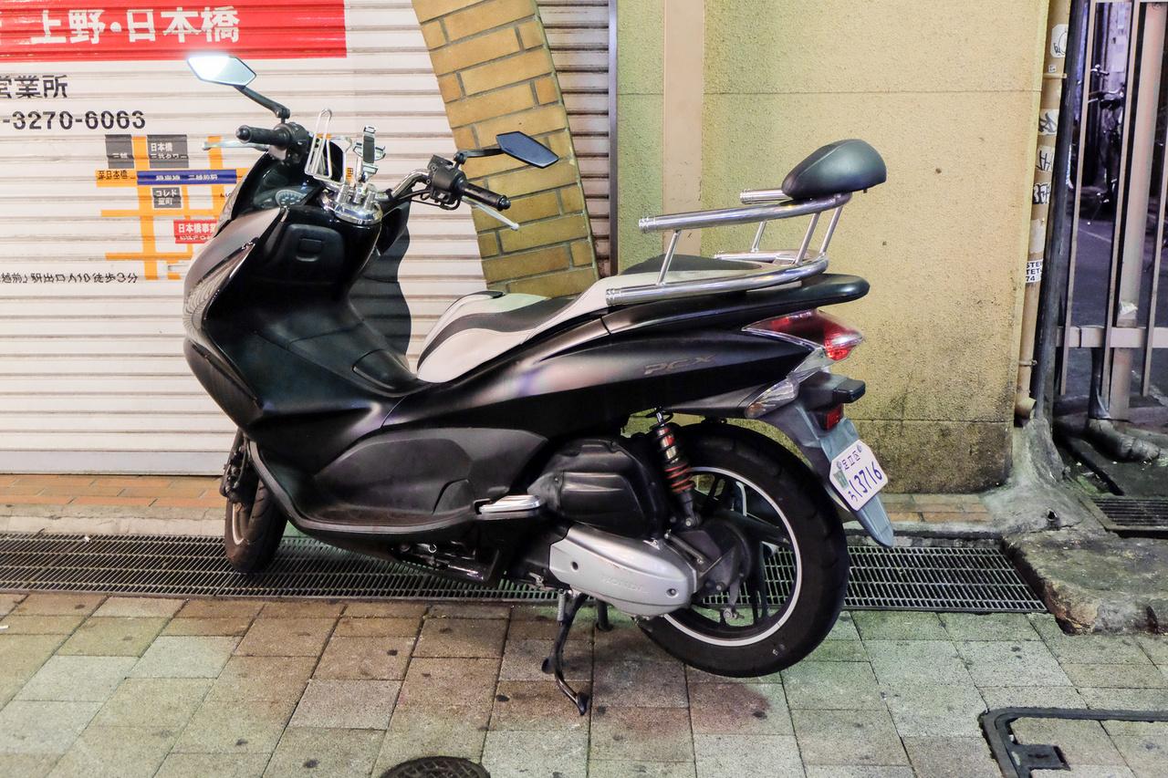 Bár konditermi edzőgépnek néz ki a rettenet mennyiségű strandkorláttól és ráaggatványtól, ez valójában egy ólomnehéz ízléssel feltuningolt Honda PCX Uenóban