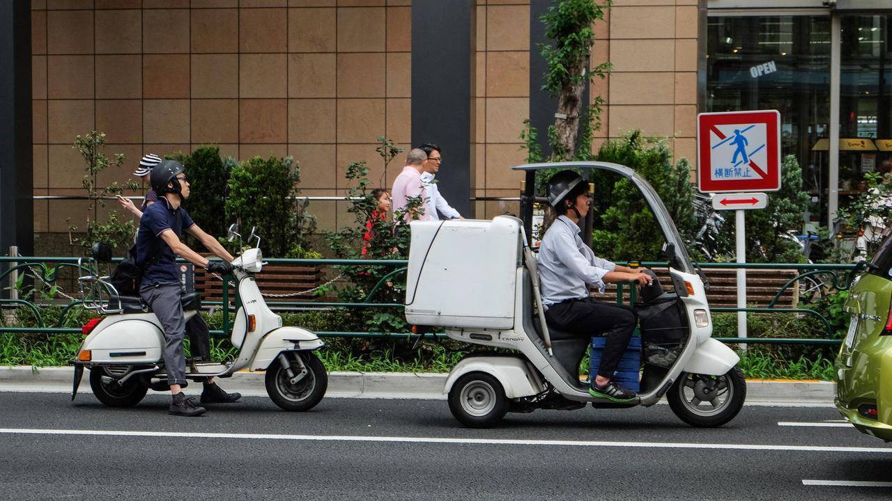 A fehérrobogóság két véglete. Elöl a Honda Gyro Canopy, hátul a Vespa PK125