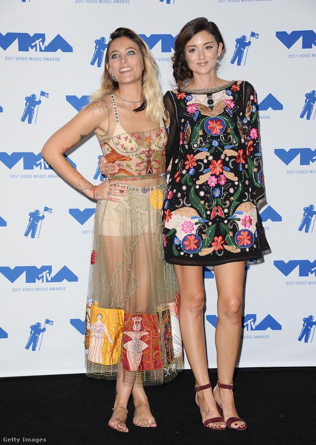 Michael Jackson lánya, Paris Jackson pucér bohócnak öltözött a Dior jóvoltából, barátnője, Caroline D'Amore azon kevés celebek közé tartozott, akik virágosban pózoltak a VMA-n.