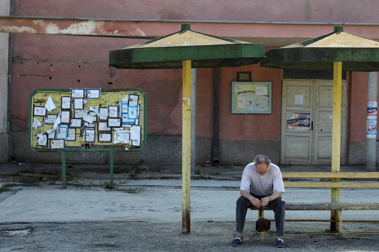 """""""Aki csak tehette, elment máshová a jobb életkörülményekért"""", mondja Rade Bogdanović nyugdíjas állatorvos, aki Kalnán él. Bogdanović becslése szerint a falu lélekszáma négyezerről ezerre csökkent néhány évtized alatt. A Wikipédia szerint 1948-ban még 1326-an éltek itt, a 2002-es népszámláláskor 553 főt regisztráltak. A lakók több mint 95 százaléka szerb, négyen horvátnak, hárman pedig muzulmánnak vallották magukat."""