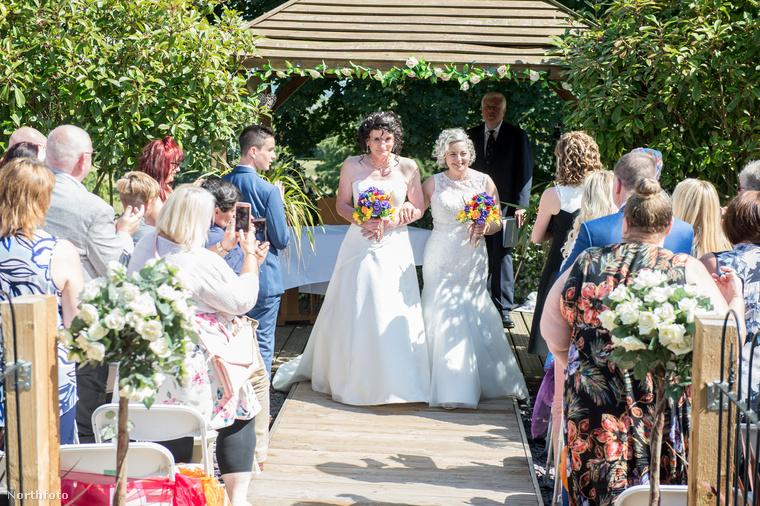 Ezért most úgy döntött a házaspár, hogy megint megújítják esküvői fogadalmukat, most azonban mind a ketten fehér ruhában lesznek.