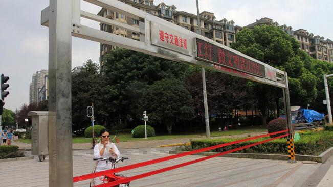 Kötelekkel tartják vissza a szabálytalankodni készülőket a zebrán Kínában