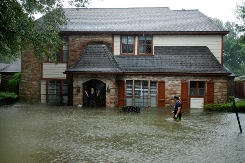 Egy férfi áll elárasztott otthona bejárati ajtajában a texasi Houston külvárosában, miután a heves esőzéssel kísért Harvey hurrikán végigsöpört a texasi partvidéken.