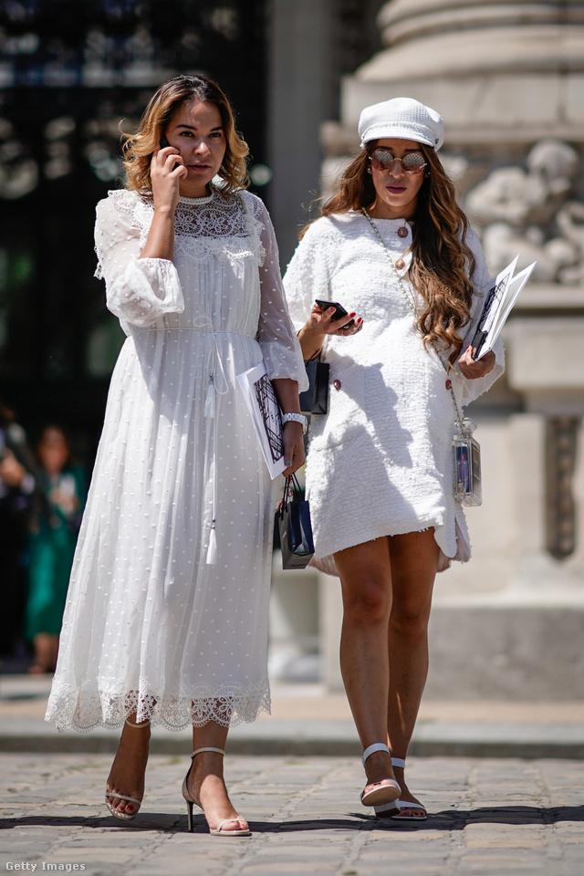 Divatos idén a hercegnős tüllruha és persze az örökzöld tweed is fehérben.