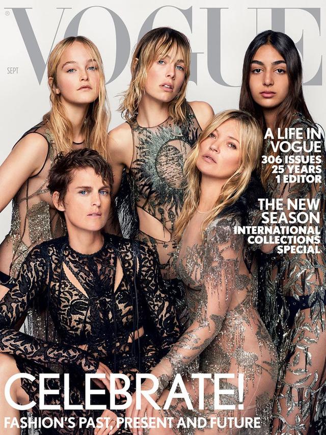 Új és régi modell generáció pózol Alexander McQueen féle pucérruhában a brit Vogue szeptemberi számának elején.