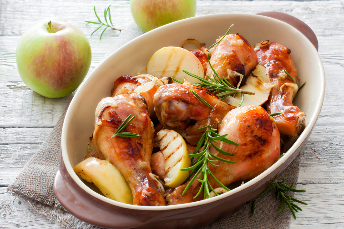 Ropogós rozmaringos csirkecomb vele sült almával: csak pakolj mindent a sütőbe