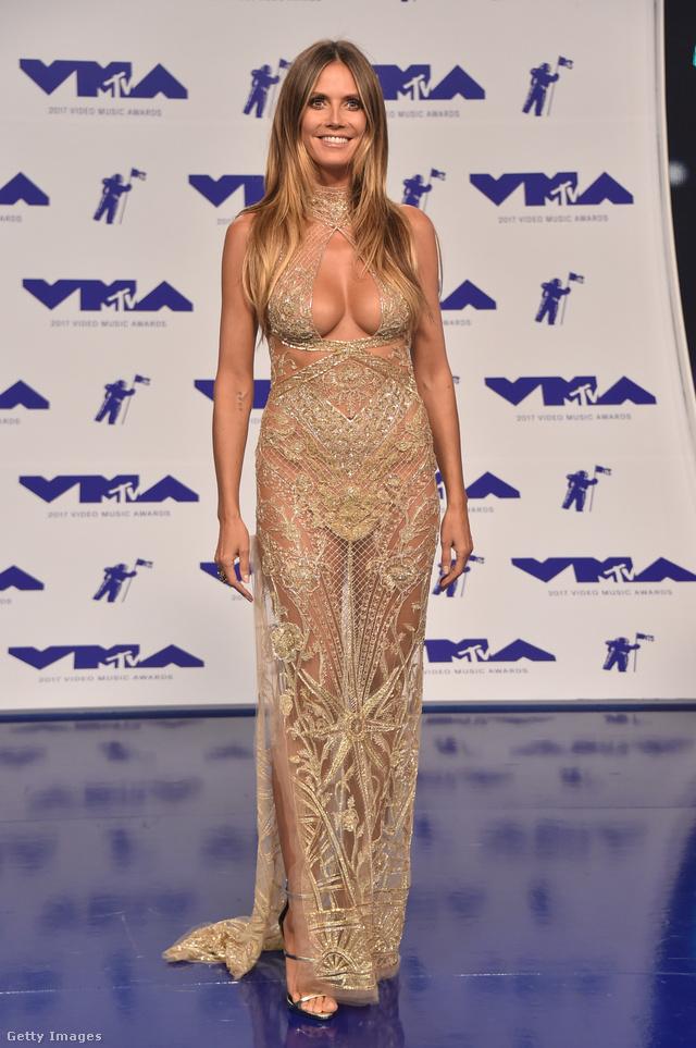 Elképesztő, de Heidi Klum 44 éves! Az exmodell Peter Dundas pucérruhájával került be az eheti válogatásba.