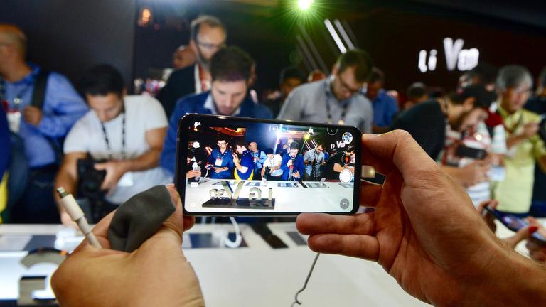 Magasra tette a lécet az LG V30 mobil