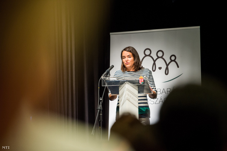 Novák Katalin család- ifjúság- és nemzetközi ügyekért felelős államtitkár beszédet mond a Még jobb kezekben a kisgyermekek: átalakuló bölcsődei rendszer elnevezésű országos bölcsődei tájékoztató napok záróeseményén 2017. június 22-én.