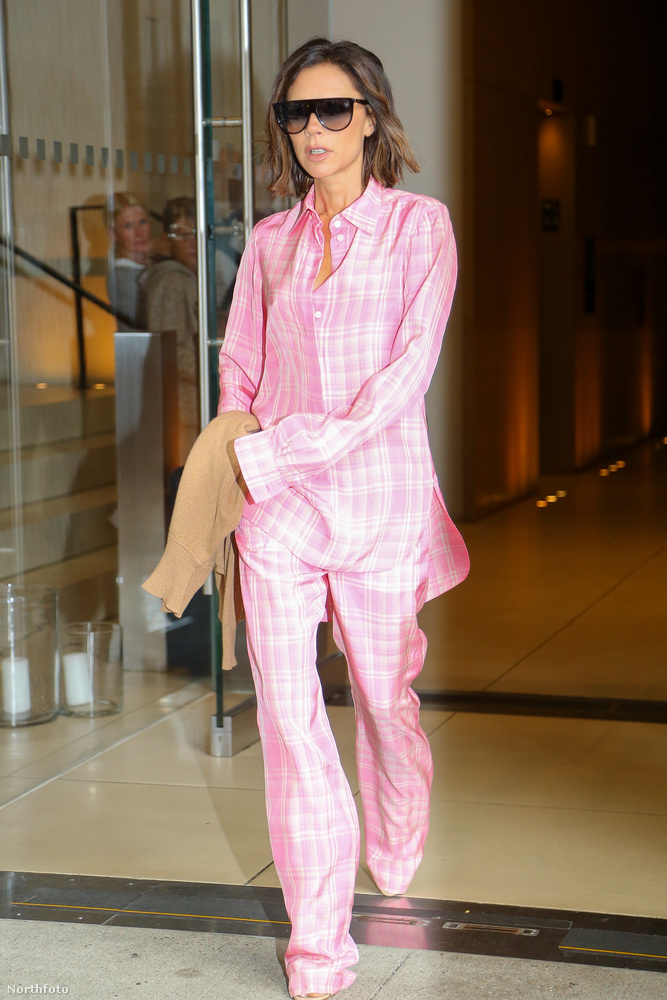 Annak ellenére, hogy nem Victoria Beckhamet választották az évtized divatikonjánk, mégis ha valamit ő elkezd hordani, akkor az már hivatalosan is divatos