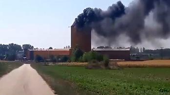 Az M1-es mellett lángolt egy siló