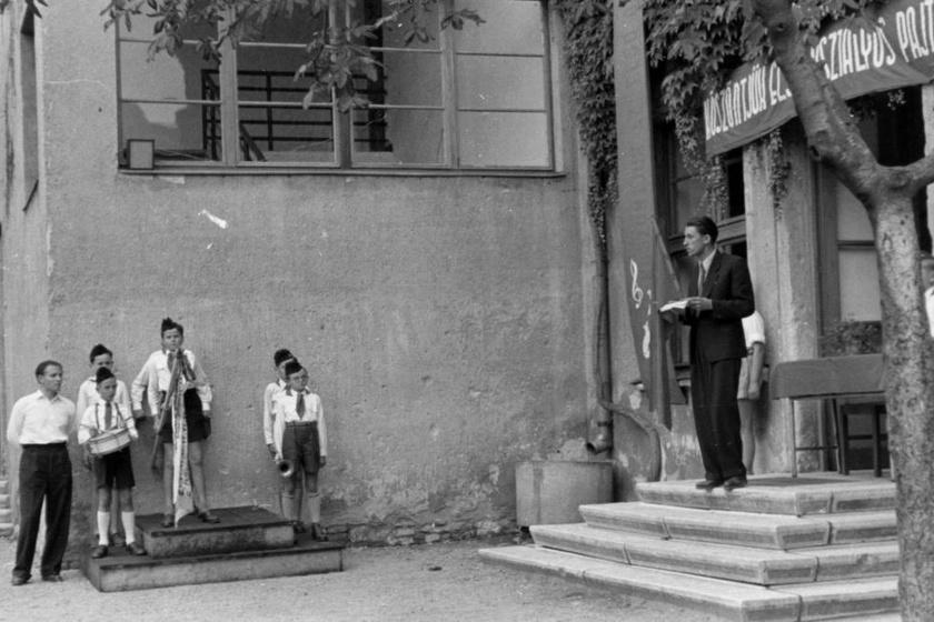 Köszöntjük az első osztályos pajtásokat! - szólt a felfüggesztett felirat az 1954-es tanévnyitón. Szemben a zenekar ifjú tagjai sorakoztak.