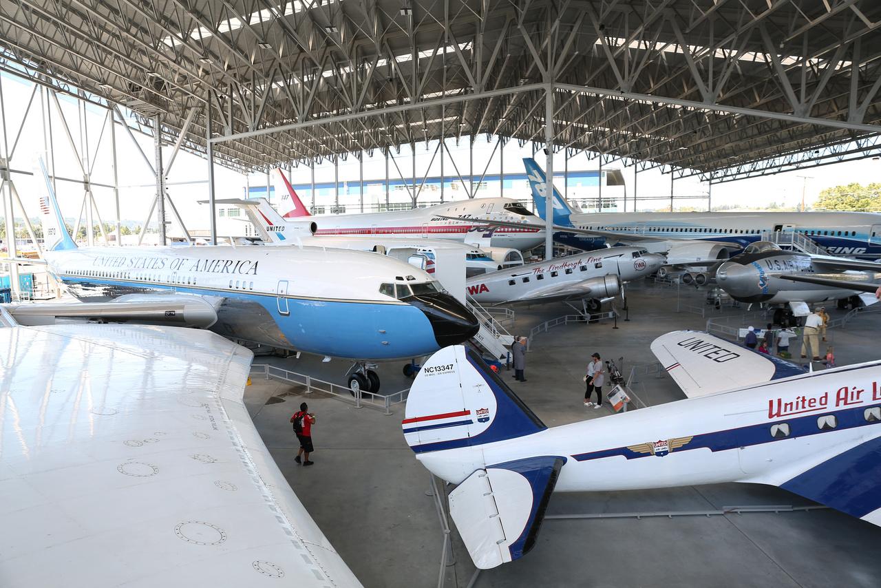 """Balra a Boeing VC-137B """"Air Force One"""", az Egyesült Államok elnökének különgépe 1958-1962 között, az első a sugárhajtásúak között. A múzeumban látható gép Eisenhower elnök idején kezdte pályafutását, 1962-ig volt kifejezetten elnöki különgép, és 1996-ban selejtezték le az elnöki flottából."""