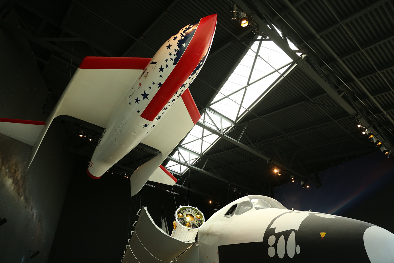 Az egyetlen magyar űrturistáról, Simonyi Károlyról elnevezett állandó kiállítás (Charles Simonyi Space Gallery) fő darabjai közül kettő: a SpaceShipOne modellje, és a NASA houstoni központjából származó űrsiklómodell, amin annak idején az űrhajósok az űrbéli rakodási műveleteket gyakorolták.