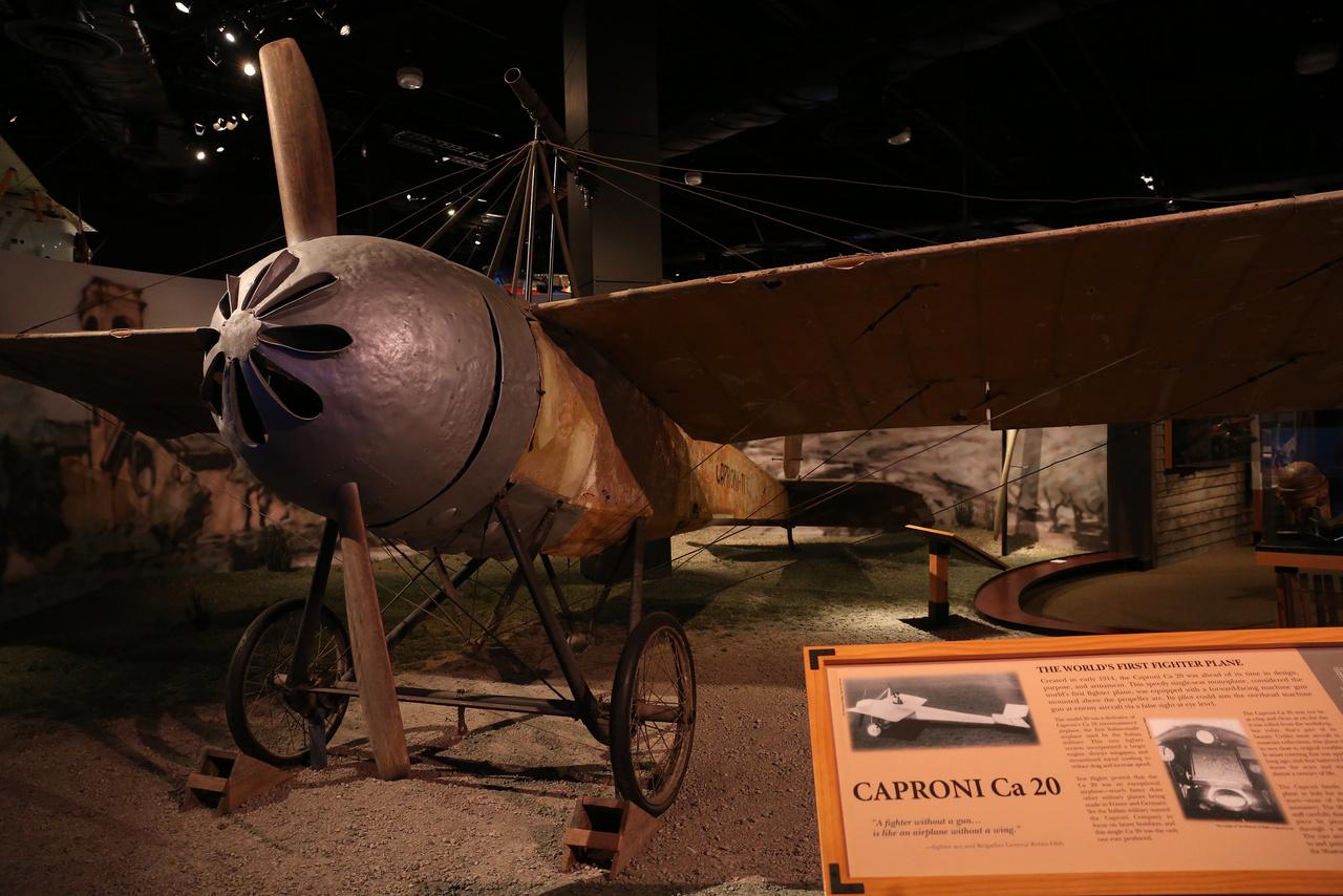 Az olasz Caproni Ca.20-at tartják a világ első vadászgépének, a múzeumban kiállított 1914-ben épült példányt sikerült szinte teljesen eredeti formájában megőrizni.