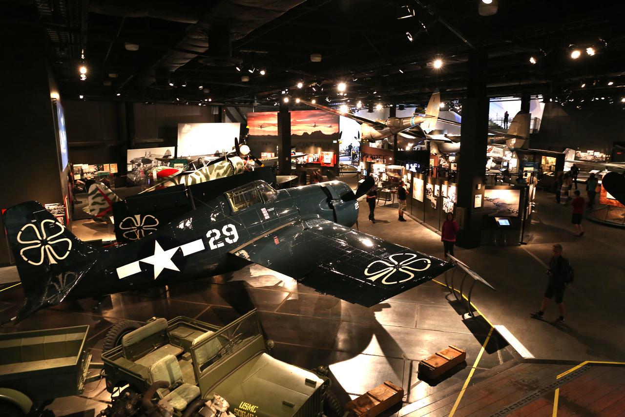 A második világháborús terem az emelti galériáról nézve. Az előtérben egy 1943-mas General Motors FM-2 Wildcat nehéz vadászgép a csendes-óceáni hadszíntérről.