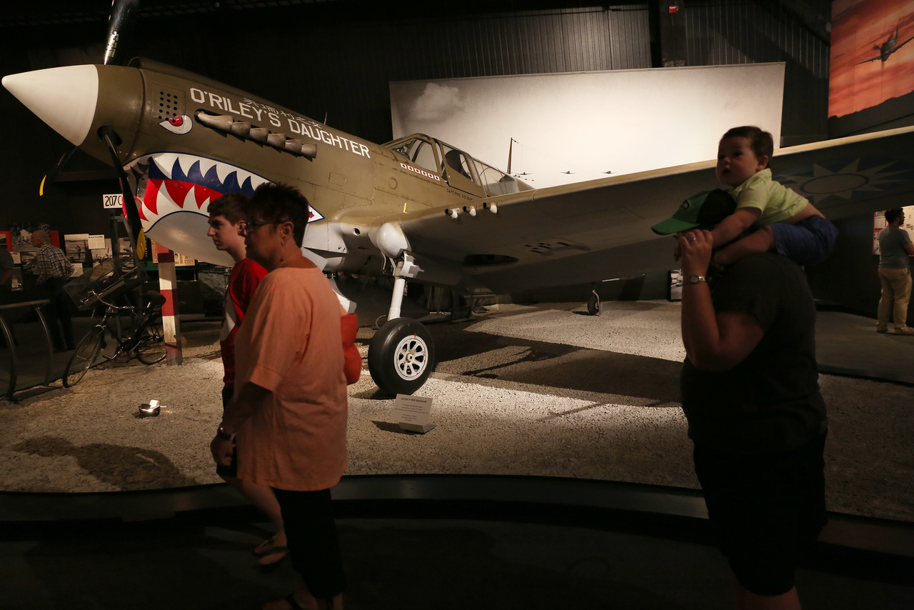 Curtiss P-40N Warhawk. A P-40-es repülőgépek nem tartoztak sem a leggyorsabb, sem a legjobb amerikai vadászok közé, de így is csaknem 14 ezer darab épült belőle és végigharcolta a II. világháborút, súlyos veszteségeket okozva az ellenségnek főként az észak-afrikai, ázsiai és csendes-óceáni hadszíntereken.