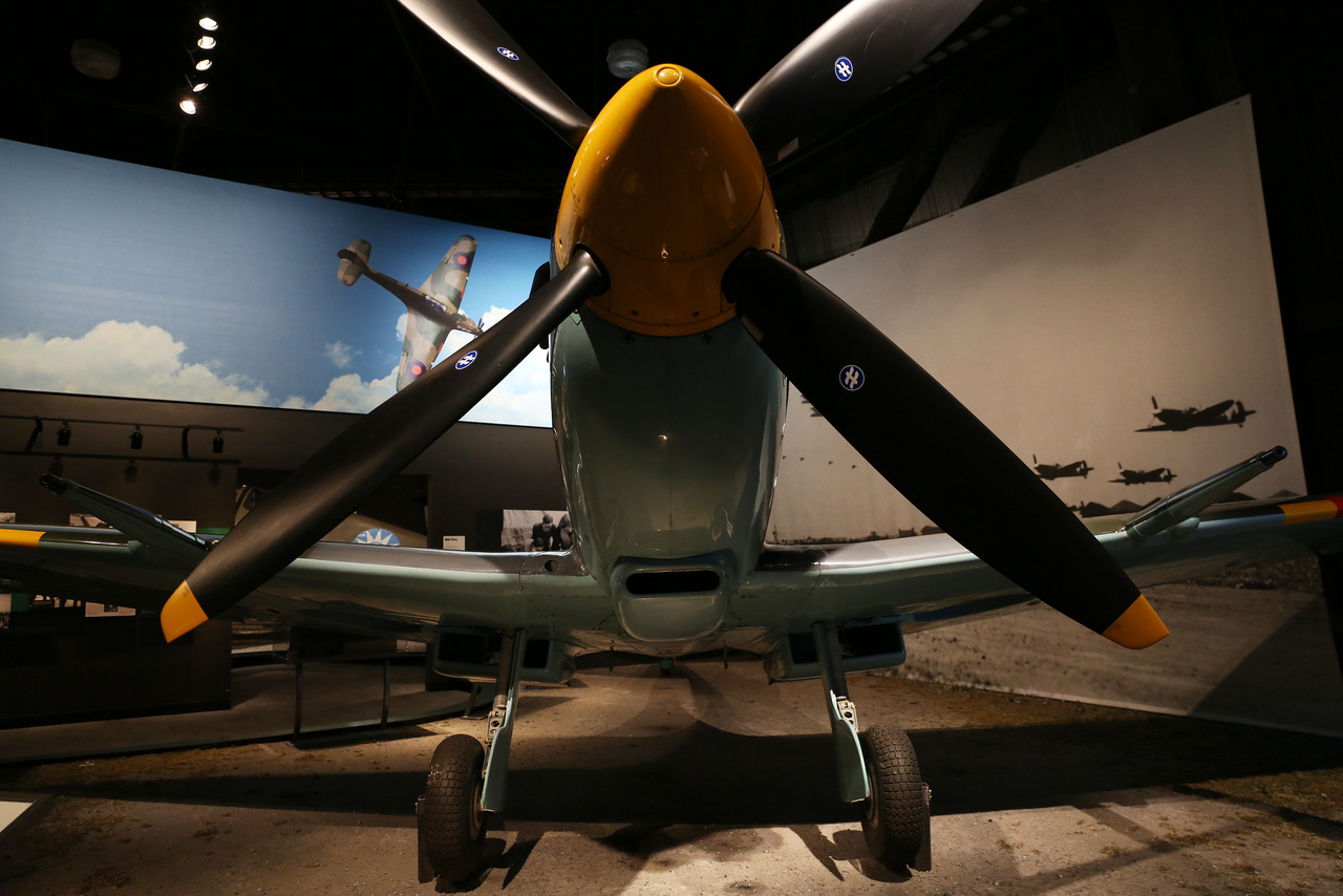 ...hogy aztán a legendás német gép legendás ellenfelével, a Supermarine Spitfire (Mk.IX) bemutatásával folytatódjon.