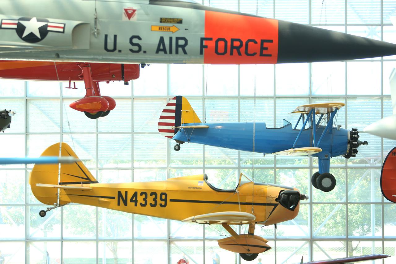 Bowers Flybaby 1A (alul) és Stearman PT-13A Kaydet (középen) fej fej mellett repülnek a csarnok mennyezetéről lelógatva. A Flybaby-t 1971-ben építette Al Stabler,  Peter Bowers 1962 díjnyertes tervei alapján. A gép olcsó, könnyen szét- és összeszerelhető, jól szállítható és tárolható, és mint ilyen, a civil repülés széles körben való elterjedését szolgálta.