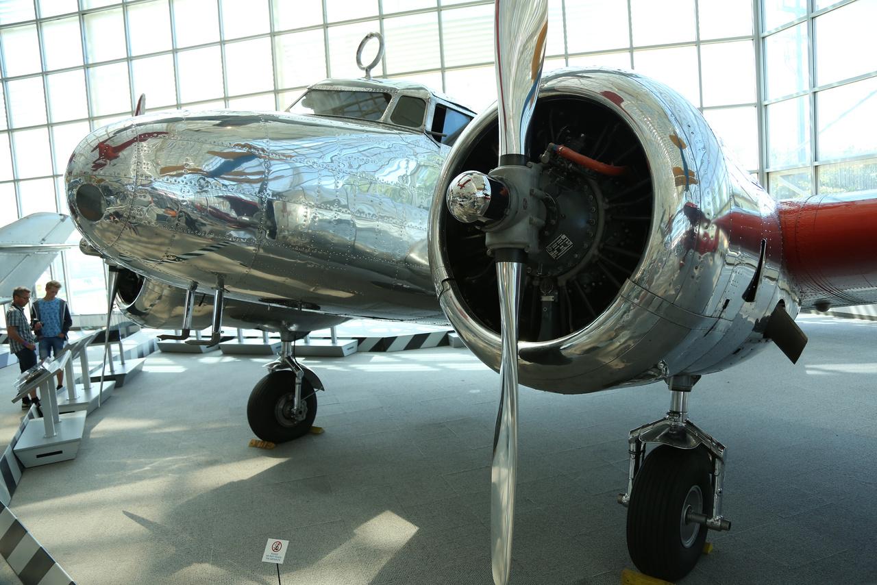 Egy szépséges Art Deco légi jármű 1935-ből: Lockheed 10-E Electra, amit a Douglas DC-2 és a Boeing 247 versenytársának szánt a Lockheed az utasforgalomban.