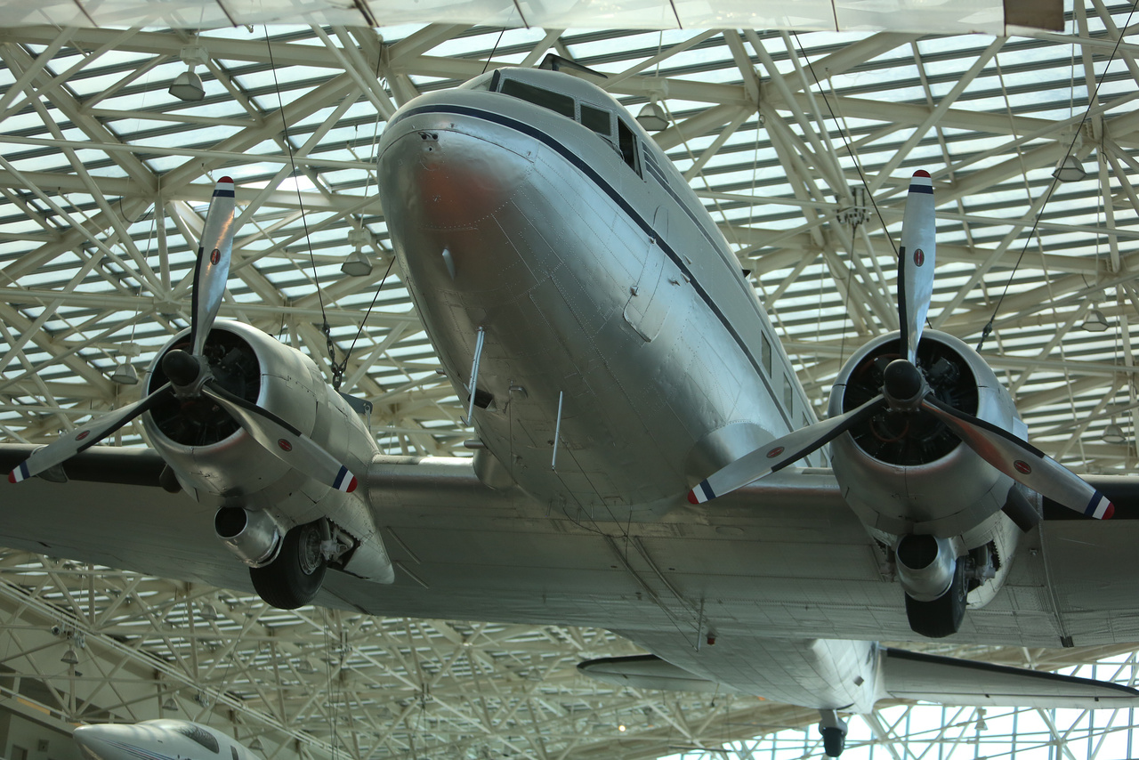 Douglas DC-3-as utasszállító. A típus a harmincas éveke elejétől kezdve repült, a múzeumban látható példány több mint húszezer órát repült az American Airlines színeiben (a kiállítás kedvéért az Alaska Airlines festését kapta).