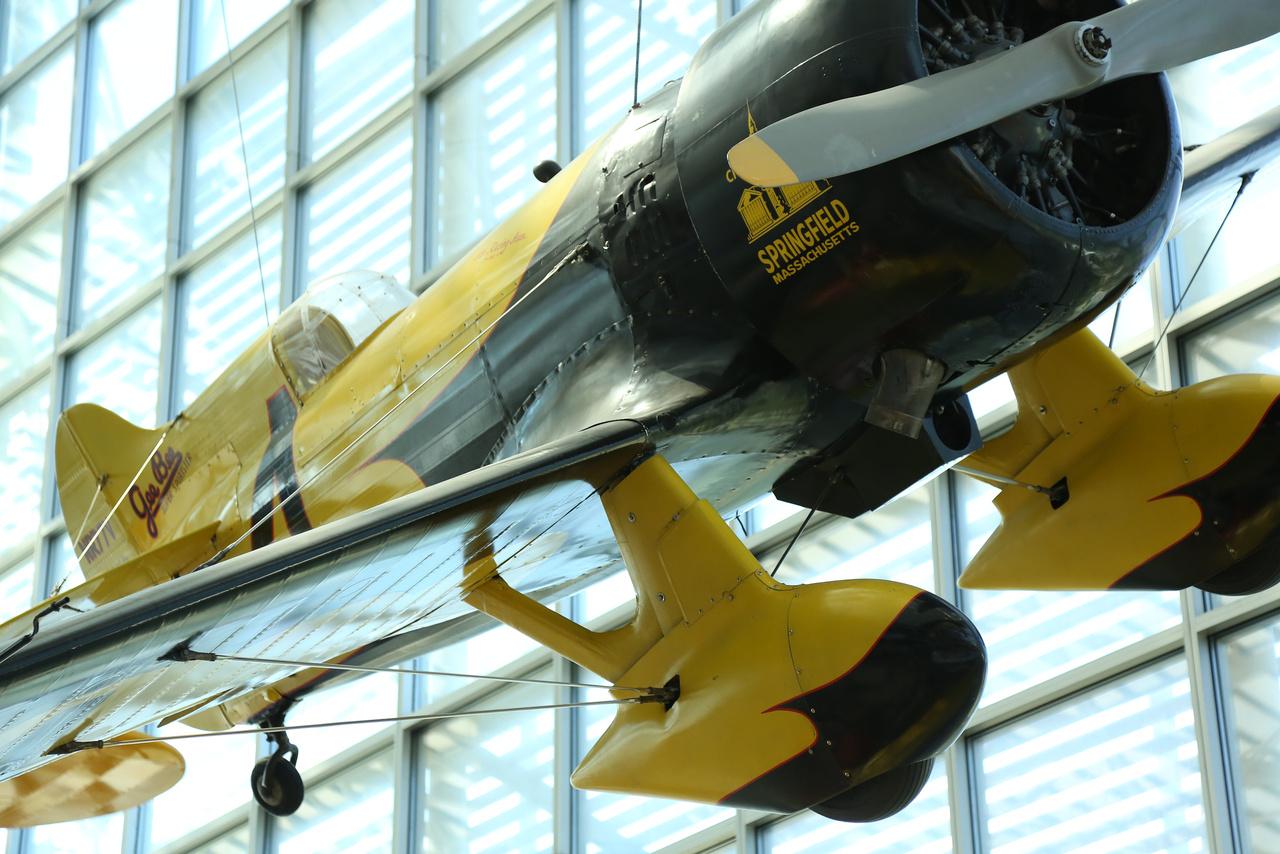 A harmincas évek legendás versenygépe, a Granville Gee Bee Z Super Sportster replikája. A villámgyors, de nehezen repülhető gép 1931-ben sebességrekord-kísérlet közben zuhant le, pilótája, Lowell Bayles életét vesztette a balesetben.