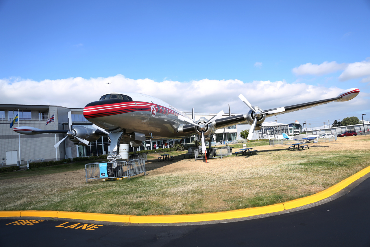 Egy 1954-ben épült gyönyörű Lockheed L-1049G Super Constellation parkol a múzeum parkoló felőli bejáratánál.