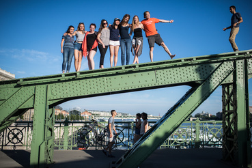 Hétfő estére aztán az I Bike Budapest csoport pikniket hirdetett meg a hídra.