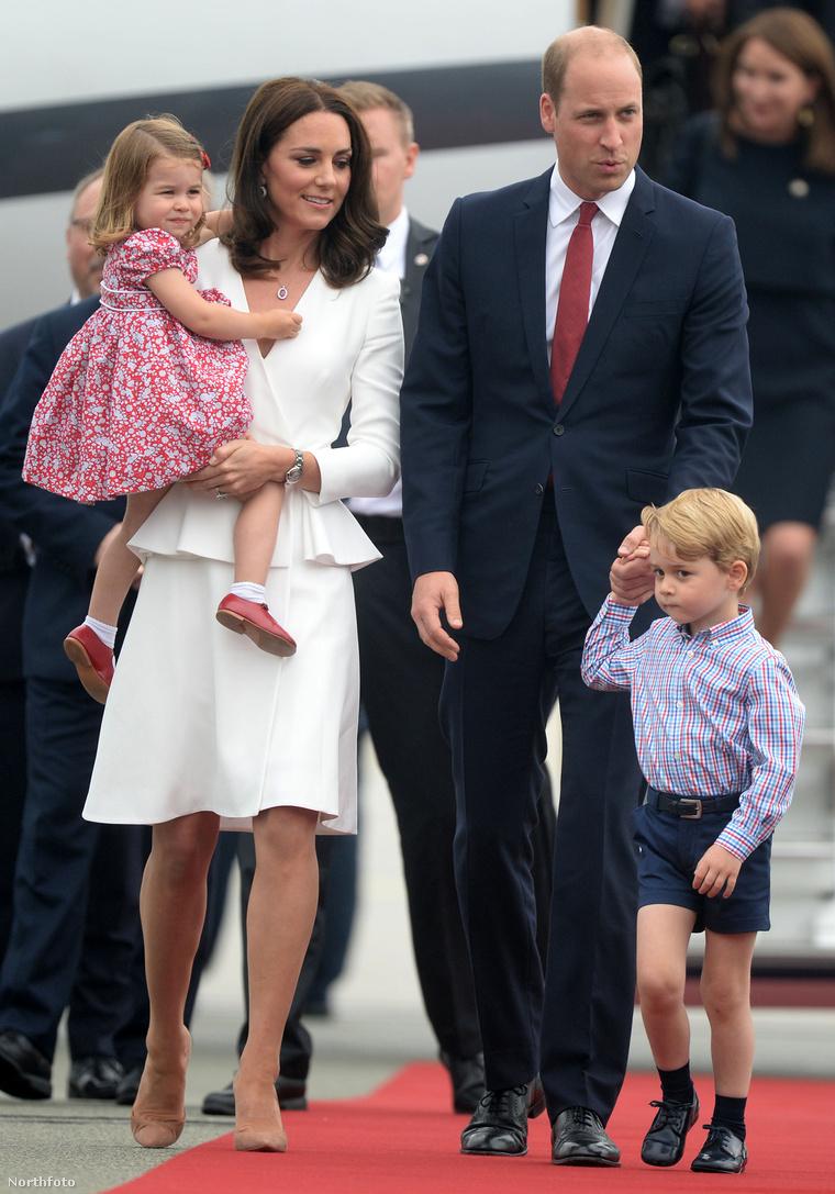 Katalin hercegné, karjában Sarolta hercegnővel, és Vilmos herceg, aki György herceget fogja kézen.